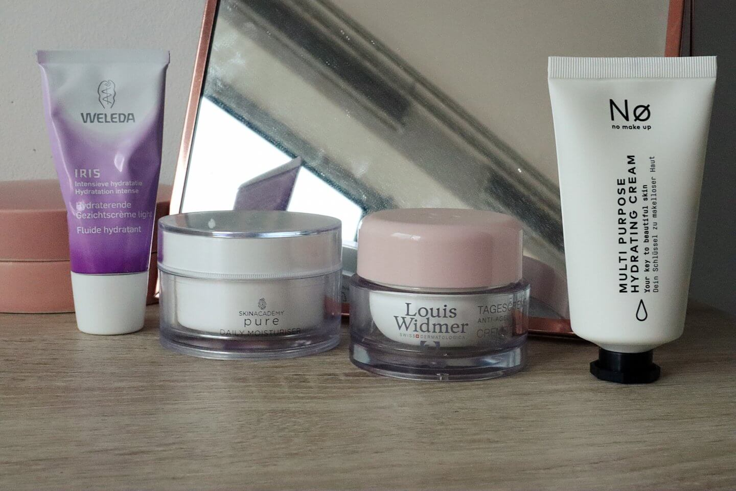 I thought that it might be a good idea to write a blogpost about 4 different kind of moisturisers and review them for you. They are all affordable or semi affordable and can be found in the drugstore. So if you want to know which moisturisers I chose to review and what I think of them, keep reading!