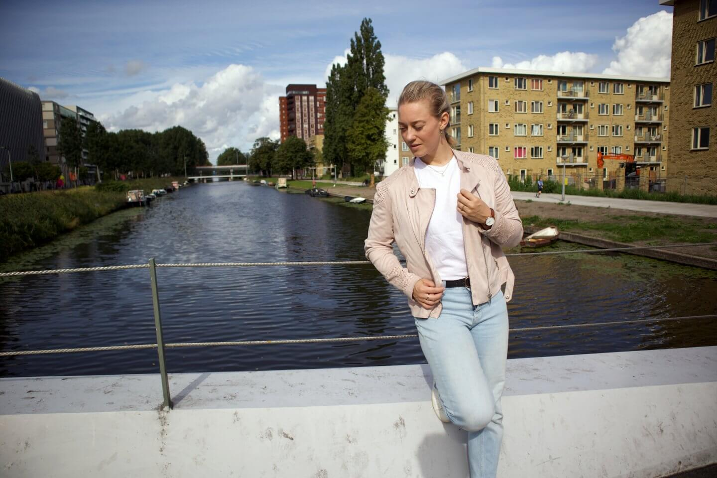 styling a Daniel Wellington watch during the last glow of summer campaign together with a H&M jeans, C&A suede jacket, Aldo white trainers, white pretty little thing t-shirt and new look belt.